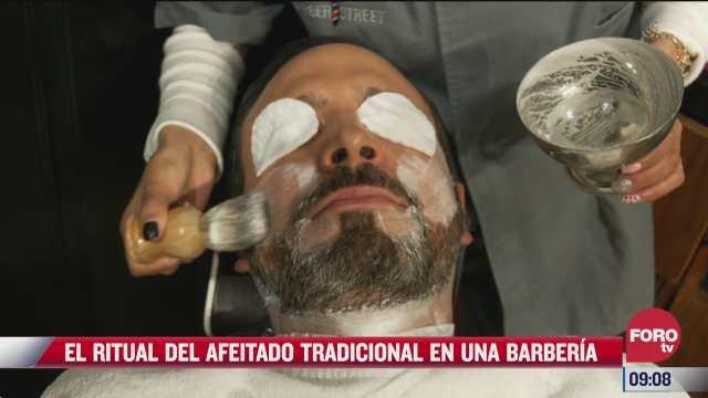 el ritual del afeitado tradicional en una barberia