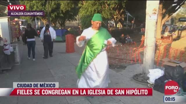 fiel de san judas tadeo baila a las afueras del templo de san hipolito