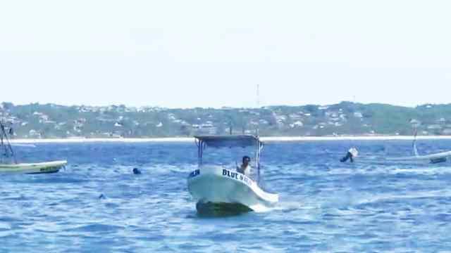 Lancha pasa por encima de un nadador en Puerto Escondido, Oaxaca
