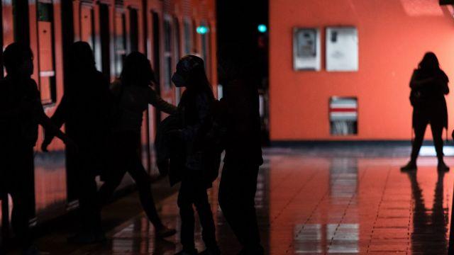 Poca iluminación se presenta en la estación del metro Patriotismo (Cuartoscuro)