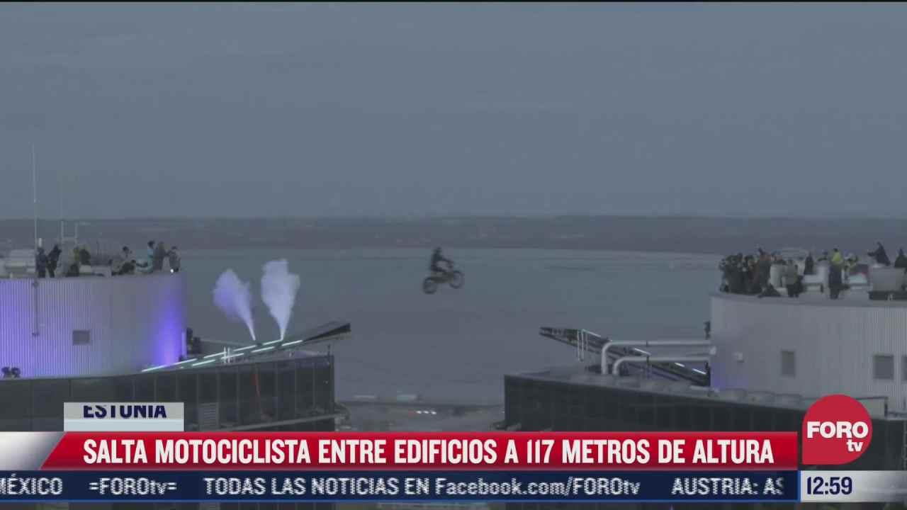 motociclista salta de un edificio a otro en estonia