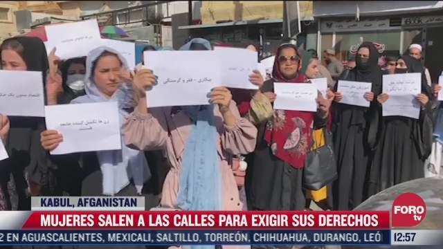 mujeres se manifiestan por sus derechos en afganistan