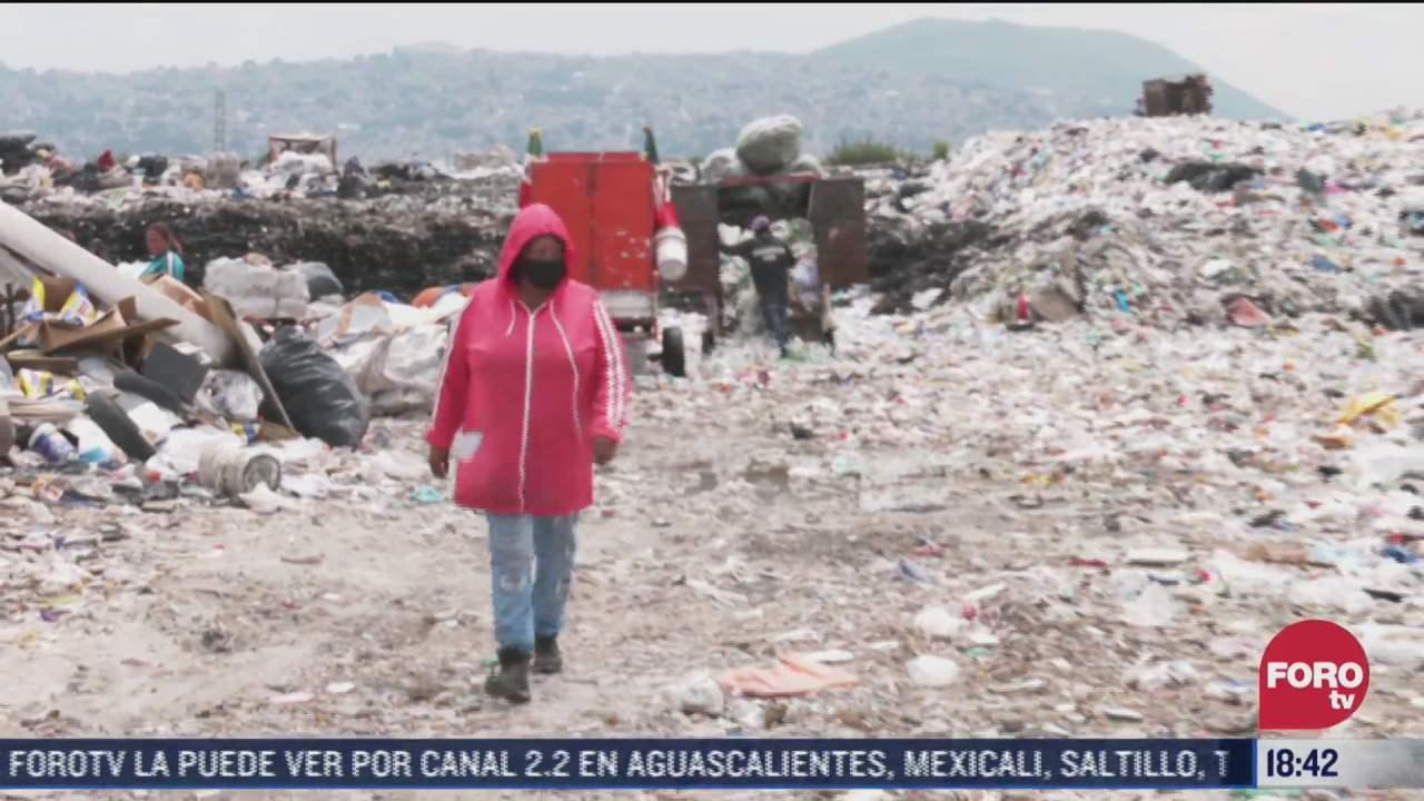 mujeres trabajan separando basura en el bordo de xochiaca