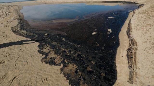 Derrame de miles de litros de petróleo en California provocarían desastre natural