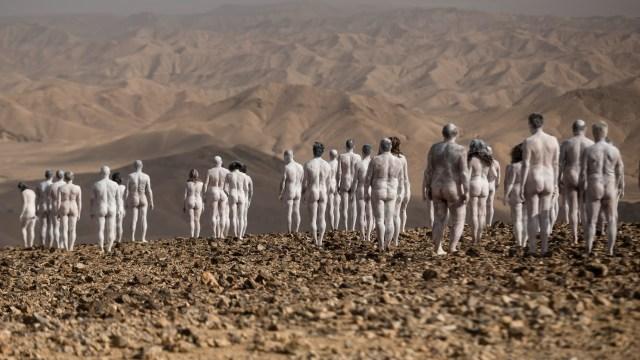 Fotos: Cientos de personas desnudas posan en el Mar Muerto para Spencer Tunick