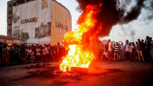 Los manifestantes sudaneses corearon consignas junto a neumáticos en llamas durante una manifestación en la capital, Jartum, Sudán (EFE)