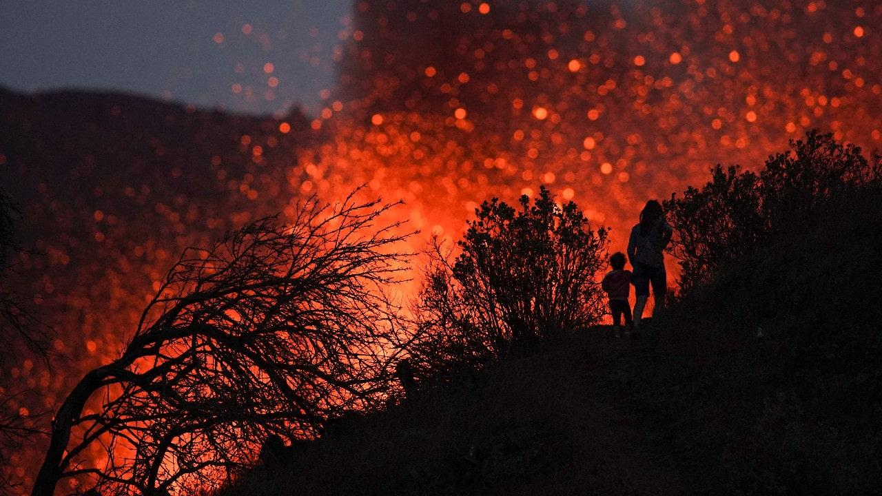 España ordena más confinamientos por erupción del volcán de La Palma