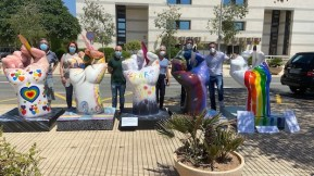 Esculturas realizadas por artistas de fogures que reproducen la Mano de la UA con motivos LGTBI para la selectividad Eva Espinar Roberto Mohedano