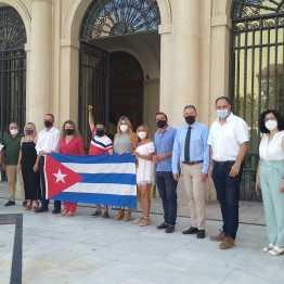 Grupo Popular con representantes asociación cubana