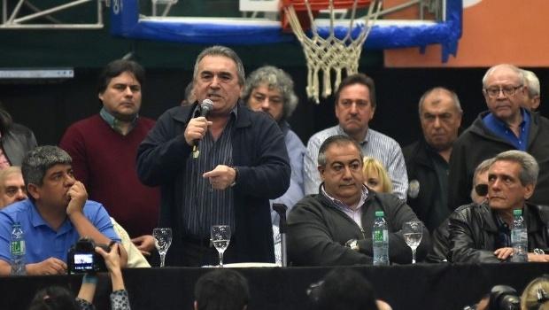 Photo of Los líderes de la CGT fueron silbados por los trabajadores en pleno acto