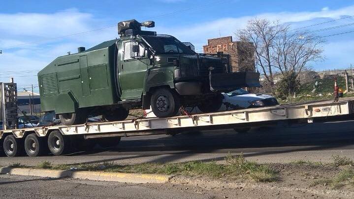 Photo of El Gobierno envía camiones hidrantes para atacar a trabajadores de Techint-Tecpetrol