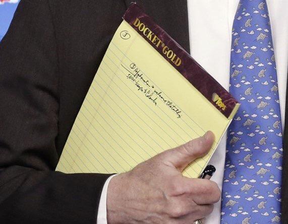 El consejero de Seguridad Nacional del cuestionado presidente norteamericano Donald Trump, John Bolton, no se cuidó de esconder las notas que llevaba en su libreta este lunes cuando brindó una conferencia de prensa para anunciar sanciones contra la filial de la petrolera estatal venezolana PDVSA en los EEUU.