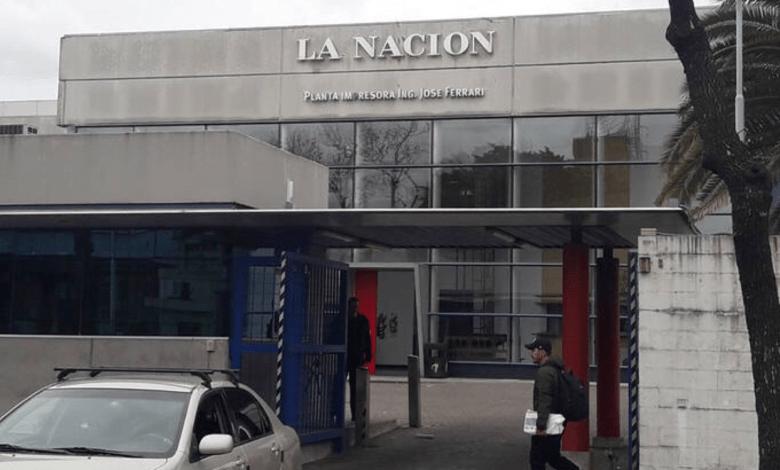 La imprenta de La Nación ubicada en el barrio de Barracas se encuentra cerrada y cercada por personal policial que impide el ingreso de los operarios.