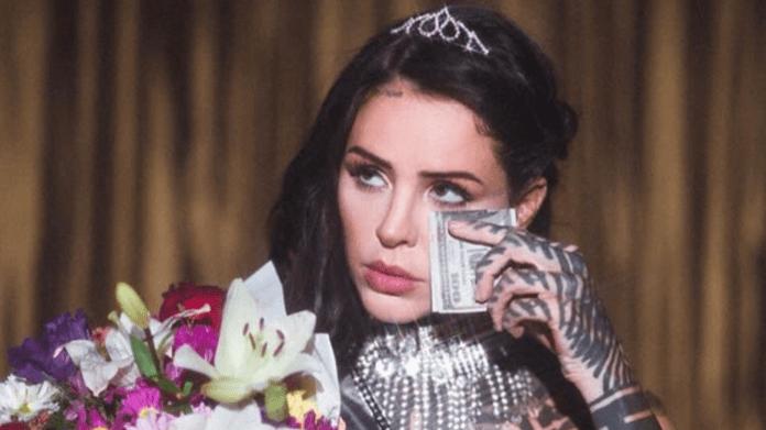 La influencer argentina, Candelaria Tinelli, publicó una serie de provocativas fotos, que generaron todo tipo de repudio en redes sociales.