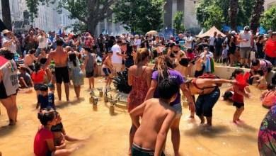 """Photo of Una multitud de personas """"metieron las patas"""" en la fuente de Plaza de Mayo como aquel histórico octubre del 45"""