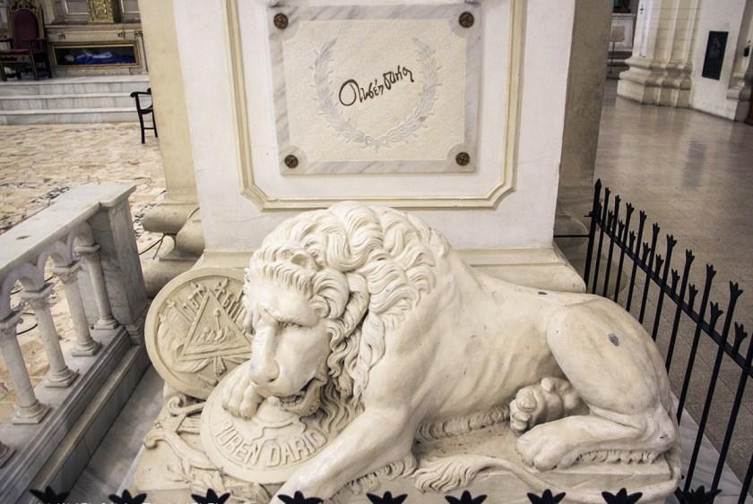 Imagen de la Tumba de Rubén Dario, esculpida por Jorge Bernabé Navas Cordonero