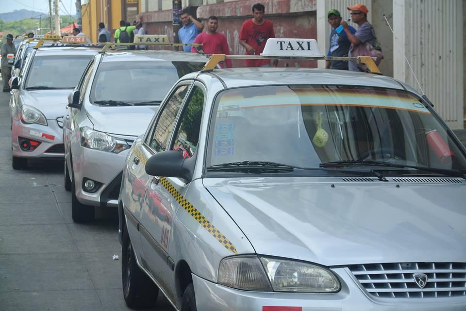Continúa protesta de los taxistas legales en León