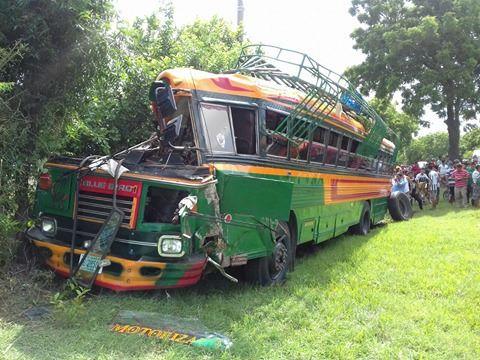 Varios lesionados al volcarse bus en la carretera León - Malpaisillo
