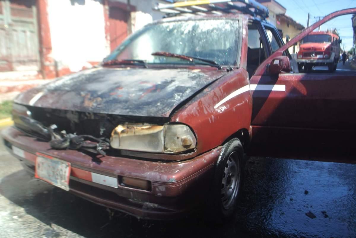 Vehículo toma fuego en la ciudad de León.