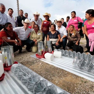 Beneficia Velasco a familias comitecas con apoyos para el campo, microempresas y pisos seguros
