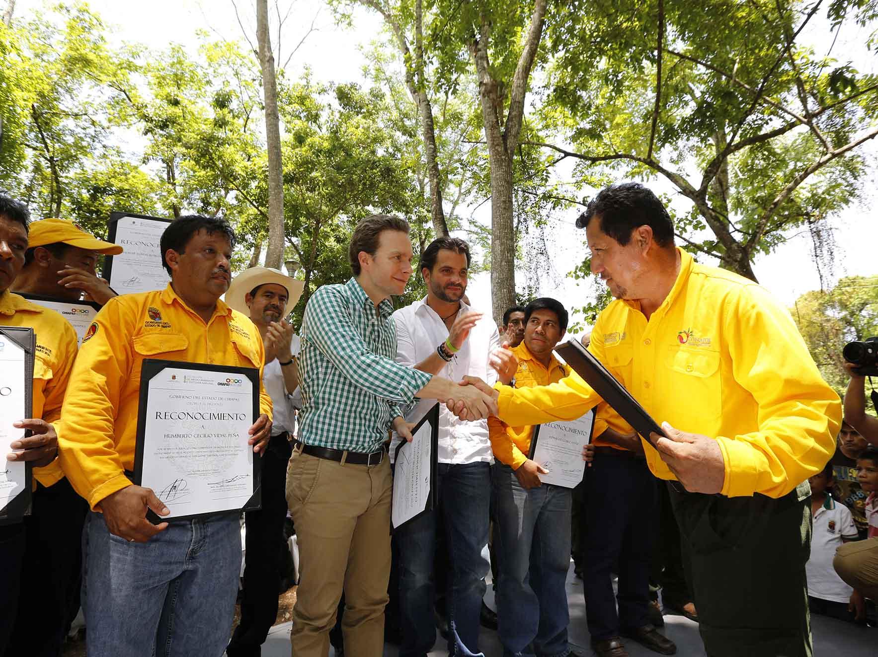 Manuel Velasco y titular de Semarnat benefician a guardianes de la Selva con apoyos económicos