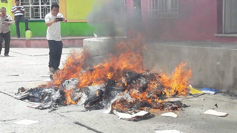 Maestros disidentes de las secciones 7 y 40 queman documentación en Cintalapa
