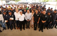 Entrega Fernando Castellanos apoyos económicos a policías