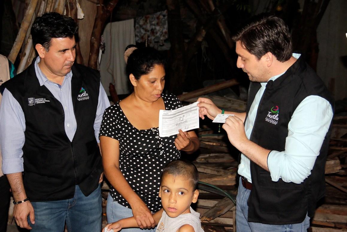 Arranca Fernando Castellanos entrega de tarjetas para la reconstrucción de viviendas a damnificados en Tuxtla