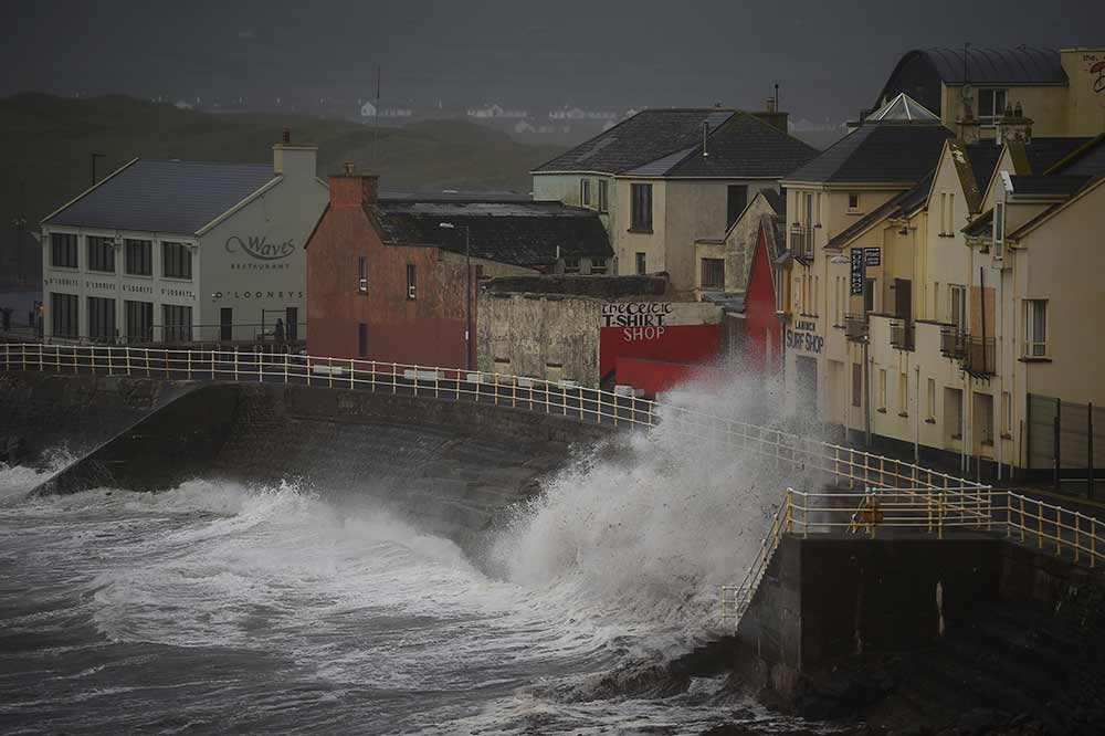 Tormenta 'Ofelia' azota Irlanda; al menos 2 muertos