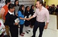 Velasco beneficia a más estudiantes indígenas con tabletas electrónicas