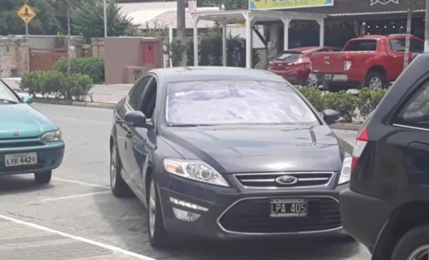 VIDEO: Mira cómo sale un carro de un espacio muy estrecho