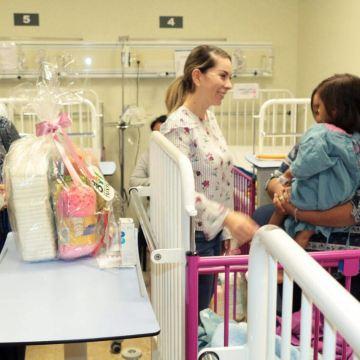 Otorga Martha Muñoz ayuda humanitaria a niños en cuneros del Hospital Gómez Maza
