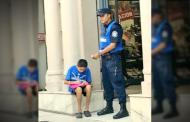 Policía ayuda a niño con su tarea y conmueve a miles