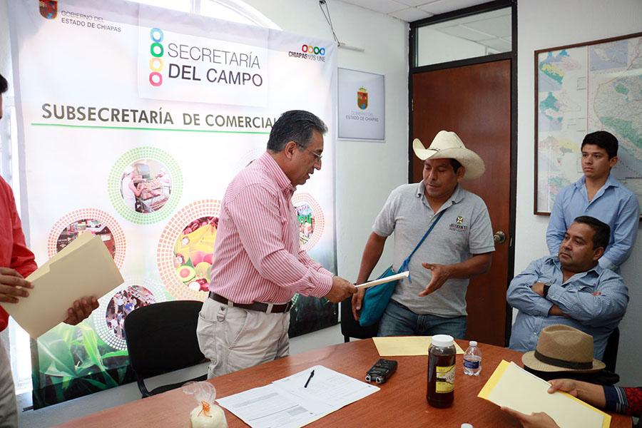 Entrega Secam títulos de registro de marcas a productores chiapanecos