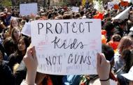 Miles de estudiantes se manifiestan en EU por mayor control de armas