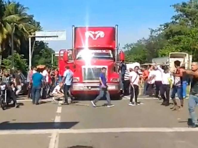 Conductor del tráiler fue retenido por manifestantes en Chiapas