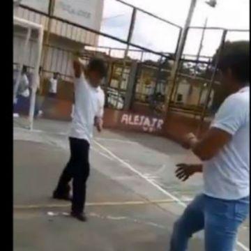 Niño de 13 años ataca a su maestro con un cuchillo luego de ser castigado (+video)