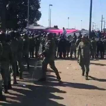 Migrantes y policías se enfrentan en la estación migratoria siglo XXI