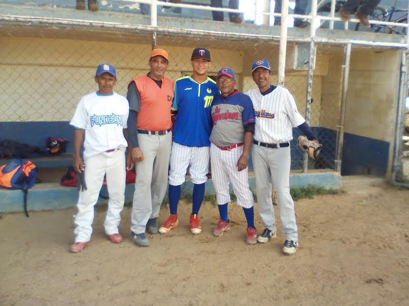 algunos-jugadores-posaron-para-la-foto-con-el-prospecto-de-las-grandes-ligas