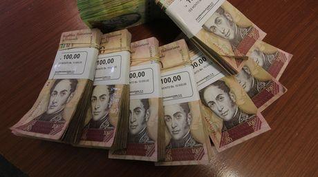 Los billetes de 100 bs, deberían según decreto salir de circulación al momento de la implementación del nuevo cono monetario.