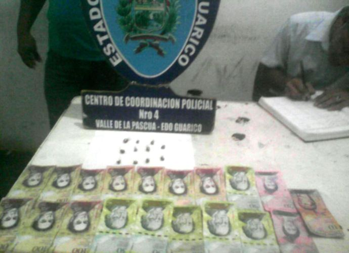 Los envoltorios de presunta droga y el dinero en efectivo incautados a los sospechosos