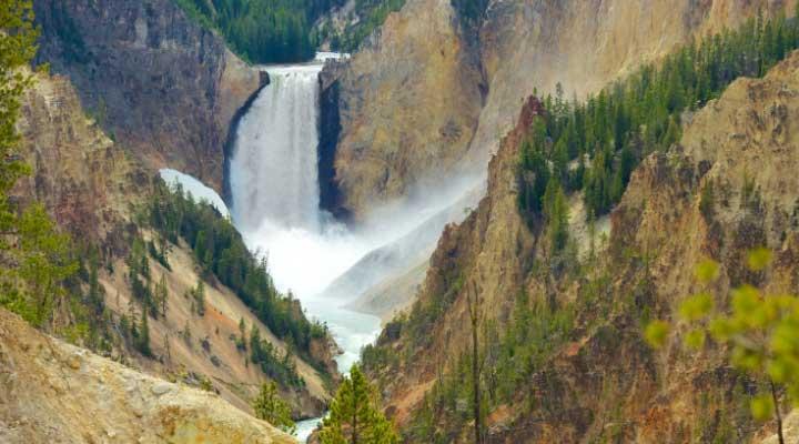 La fuente mas grande de Estados Unidos se encuentra en el parque Yellowstone.