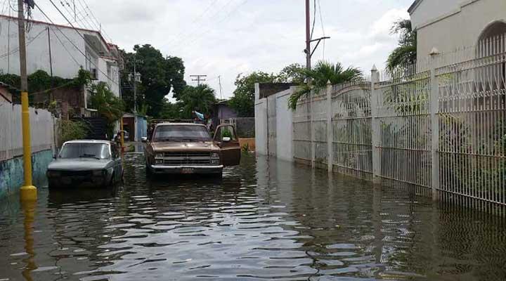 El rio Orinoco ha crecido invadiendo las calles de la parroquia.