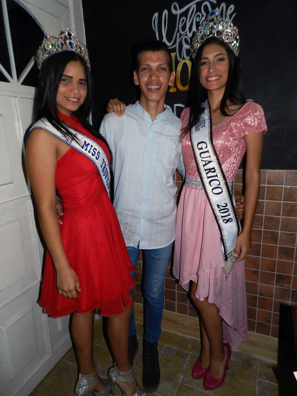 El periodista Antonio Gonzalez junto a Luz Ledezma y Ronaldo Garcia.