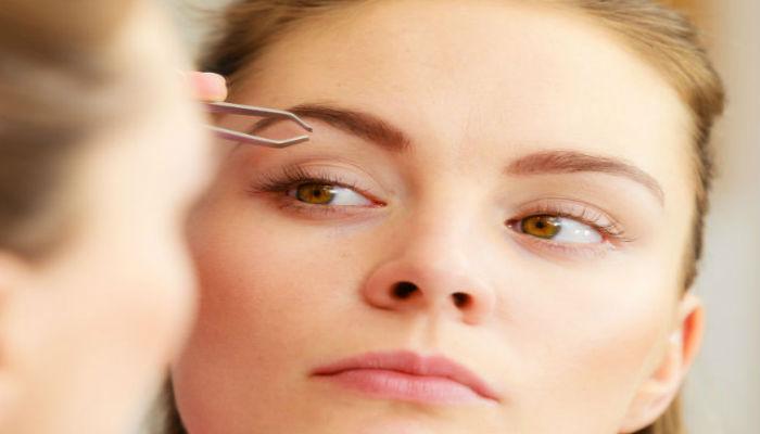 Se puede optar por el perfilado de cejas con pincita y cepillo