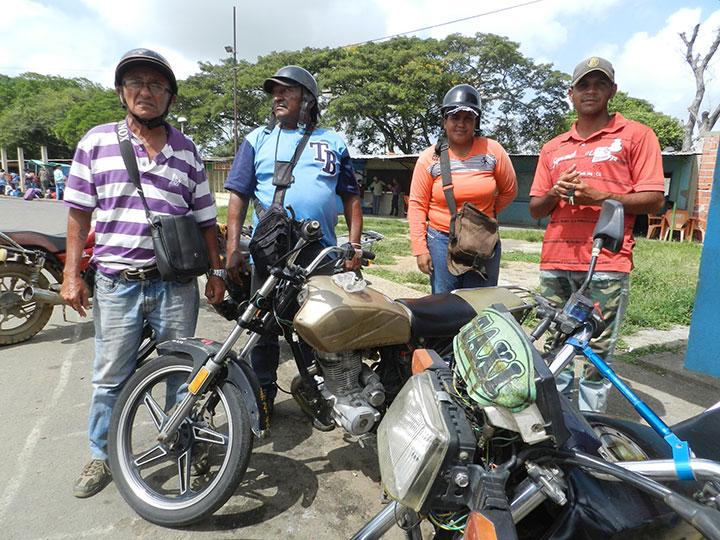 Mototaxistas Truenos y Centellas ubicados en la Terminal de Pasajeros Juan Arroyo (1)
