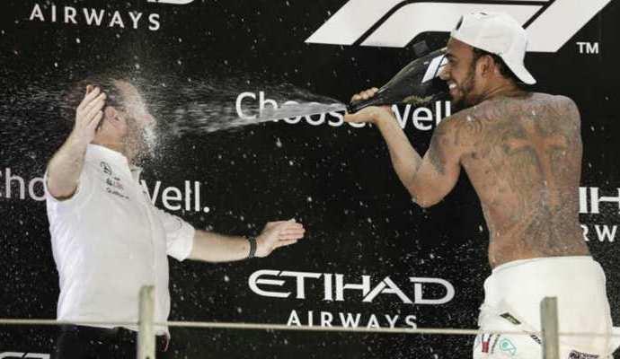 Los dos títulos de la Fórmula Uno fue recibido por la escudería Mercedes