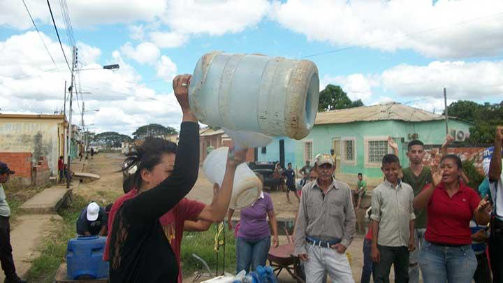 Queremos que venga el agua y que se valla la Alcaldesa, dieron a coro los vecinos.
