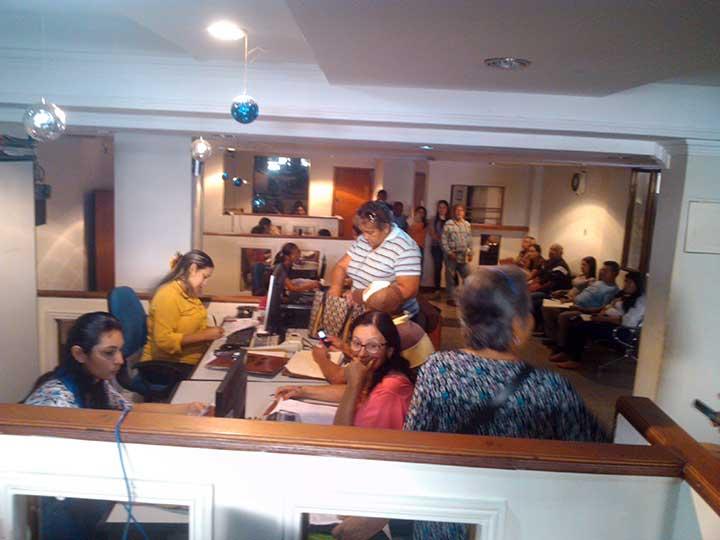 Ciudadanos atienden convocatoria en procura del descuento por pronto pago en los impuestos municipales.jpg
