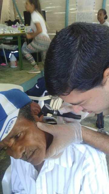 Dr. Víctor Verde, atendiendo a un paciente de la tercera edad